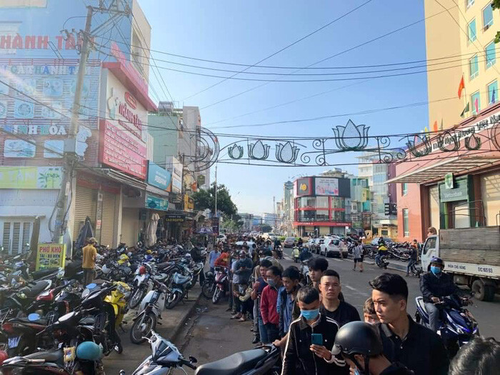 Hàng nghìn người đội nắng, chen lấn hỗn loạn mua vé trận HAGL vs Hà Nội FC - Ảnh 2.