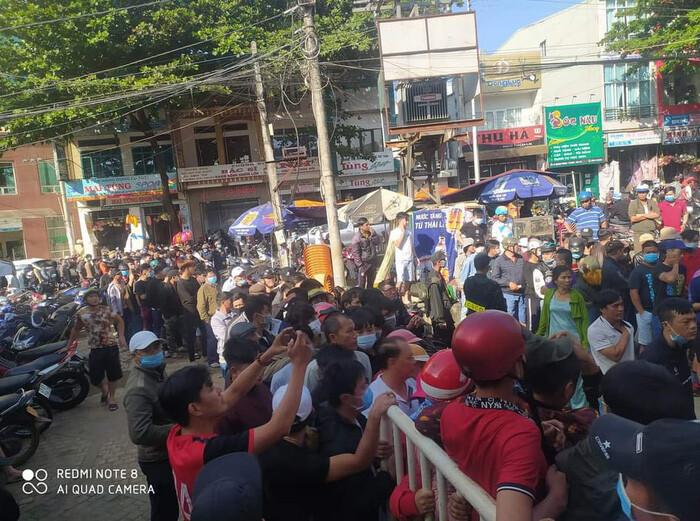 Hàng nghìn người đội nắng, chen lấn hỗn loạn mua vé trận HAGL vs Hà Nội FC - Ảnh 3.